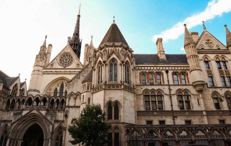 Historisk byggnad och ingång av kungliga domstolar i London, England royaltyfri bild