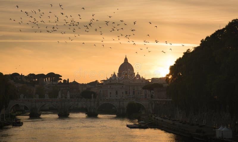 Historisk byggnad, statyer och arkitekturdetaljer i Rome, Italien arkivbilder