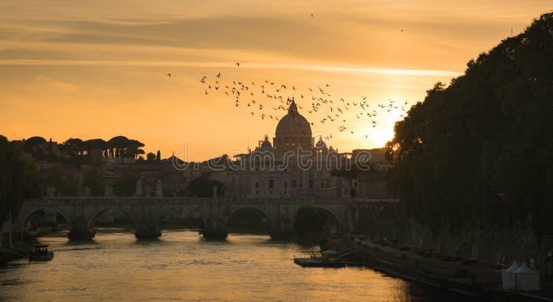 Historisk byggnad, statyer och arkitekturdetaljer i Rome, Italien royaltyfria bilder