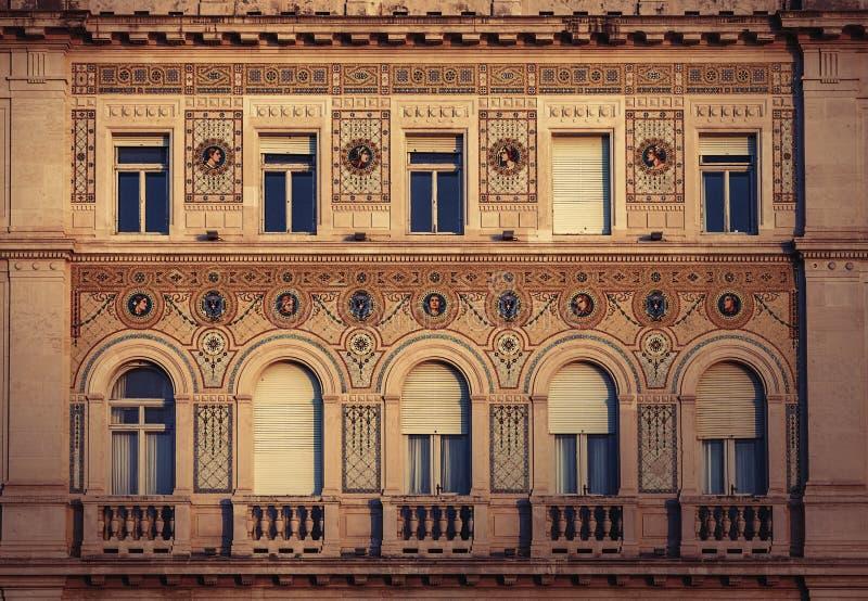 Historisk byggnadsfasad för tappning med antika garneringar royaltyfria foton