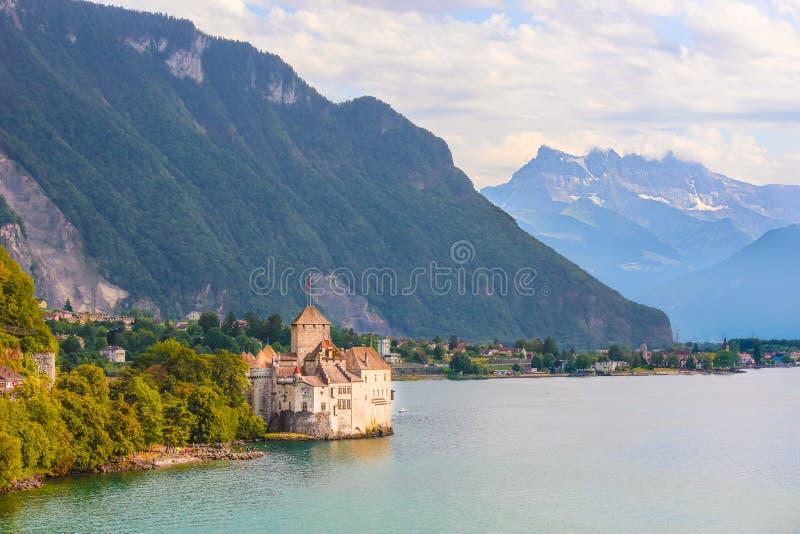 Historisk Chillon slott i schweiziska Montreux Lokaliserat på en ö på sjöGenève, Schweiz Härlig gränsmärke och populärt arkivbilder