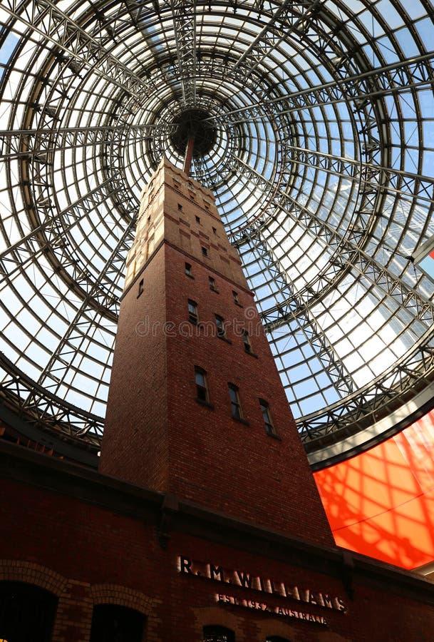 Historisk coops sköt torn som inneslutas av taket för exponeringsglas för Melbourne central 84 dethöga koniska fotografering för bildbyråer