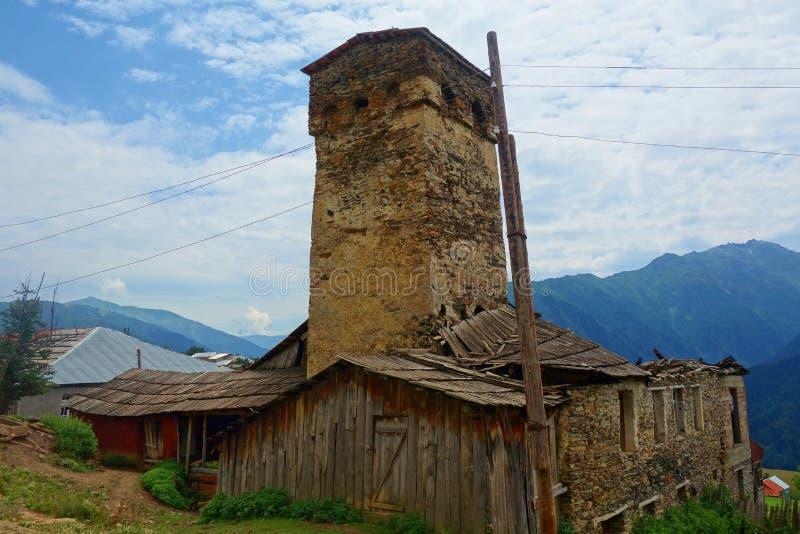 Historisk by Cvirmi i den övreSvaneti regionen på en fotvandra slinga som leder från Mestia till Ushguli, Georgia royaltyfria foton
