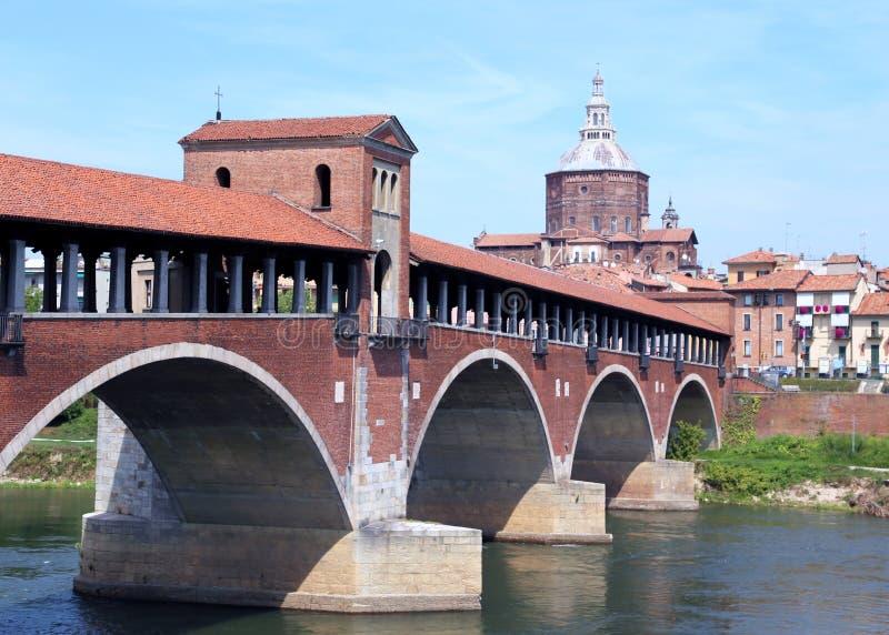 Historisk dold bro över den TICINO floden i den Pavia staden arkivbilder