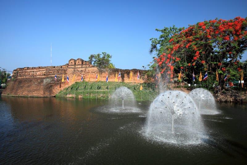 Historisk fästning och forntida vägg i Chiang Mai, gränsmärke av Thailand (700 gamla år) royaltyfri fotografi