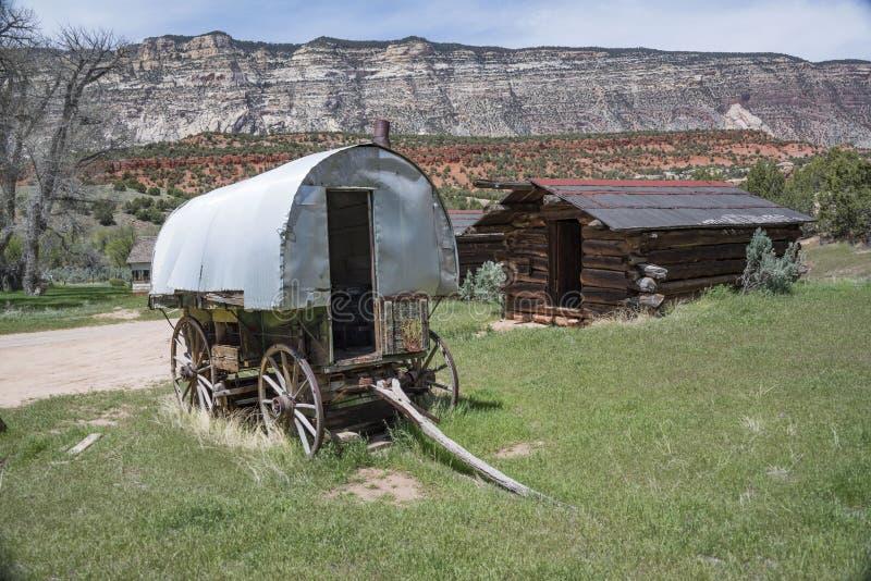 Historisk fårherdersvagn och journalkabin i den nationella monumentet för dinosaurie, Colorado, USA arkivfoton