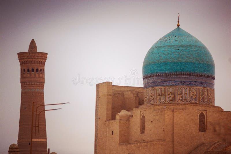 Historisk forntida det islambyggnad och tornet fördärvar, Bukhara, Uzbekistan arkivbilder
