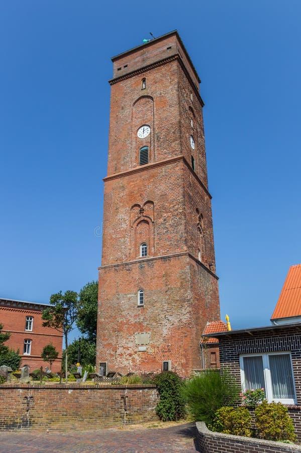 Historisk fyr i mitten av den Borkum byn arkivfoto