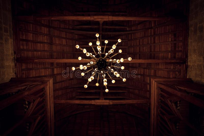 Historisk gammal ljuskrona royaltyfri fotografi