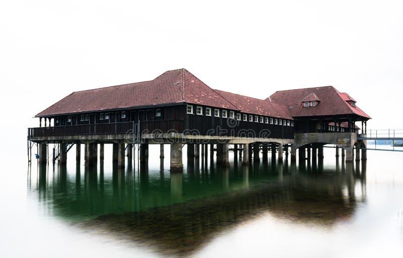 Historisk gammal träbathouse på sjön Constance i Schweiz royaltyfria foton