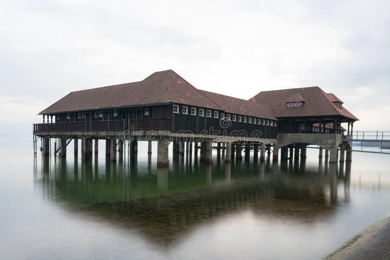 Historisk gammal träbathouse på sjön Constance i Schweiz royaltyfri foto