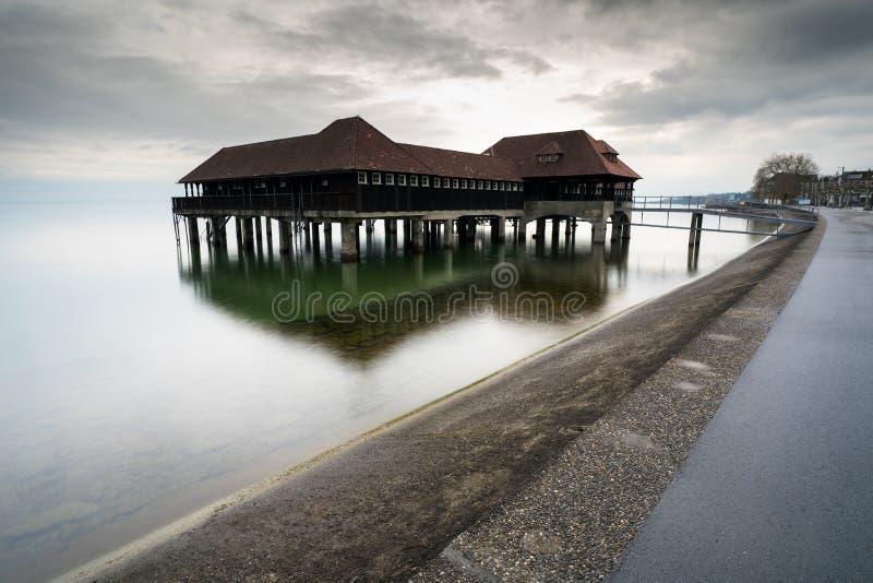 Historisk gammal träbathouse på sjön Constance i Schweiz arkivbilder