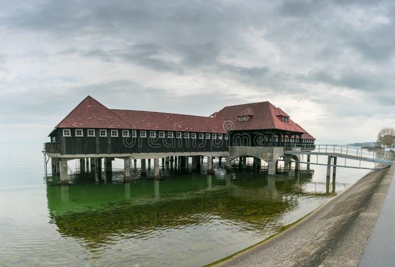 Historisk gammal träbathouse på sjön Constance i Schweiz royaltyfria bilder