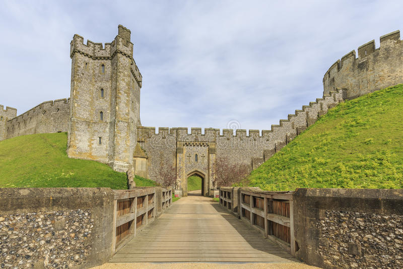 Historisk gränsmärke runt om den Arundel slotten arkivbild