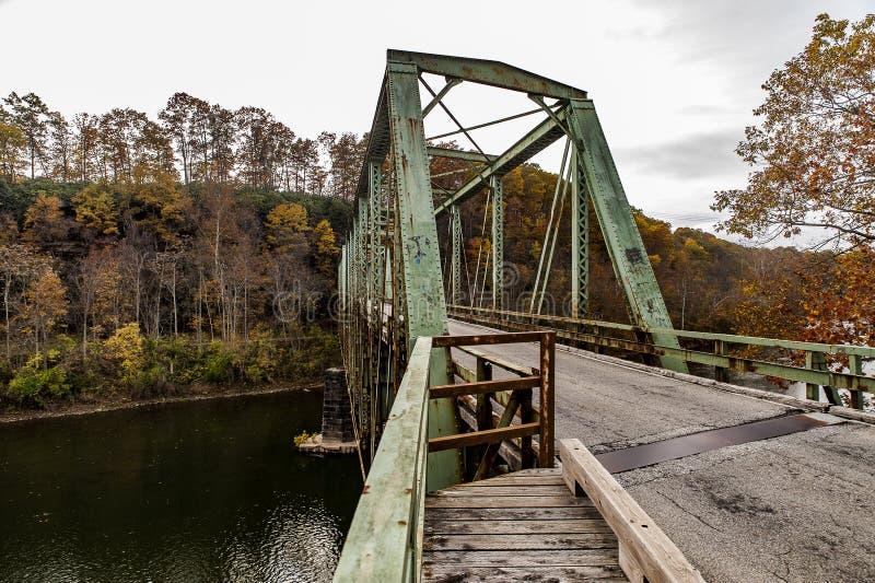 Historisk grön bråckbandbro i höst - Layton Bridge - Fayette County, Pennsylvania royaltyfri fotografi