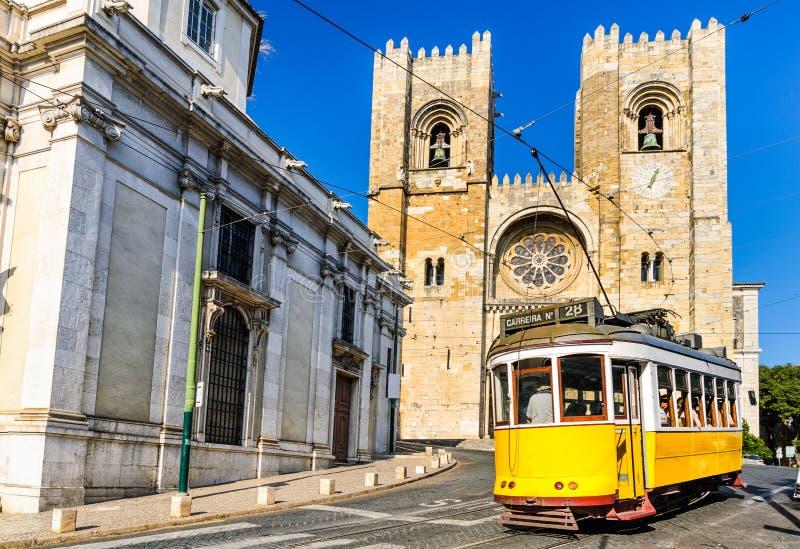 Historisk gul spårvagn av Lissabon, Portugal fotografering för bildbyråer