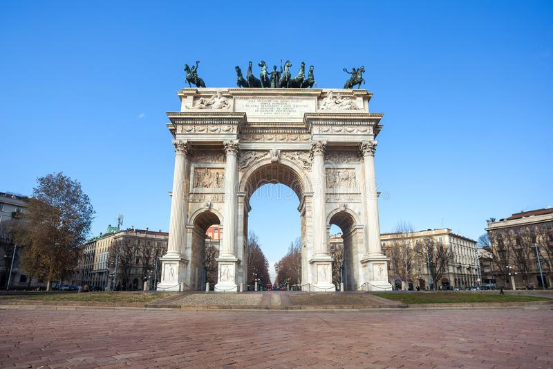 Historisk hastighet för marmorbågeArco della, Sempione fyrkant, Milan, arkivfoto