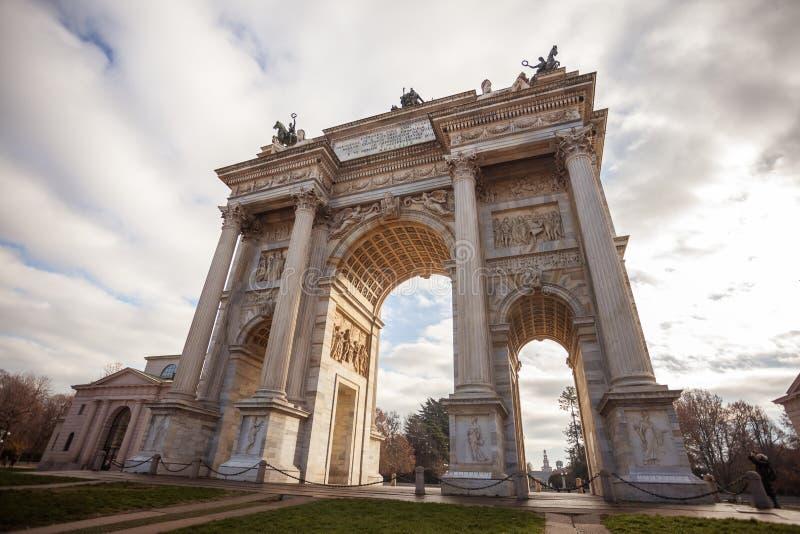 Historisk hastighet för marmorbågeArco della, Sempione fyrkant, Milan, arkivfoton