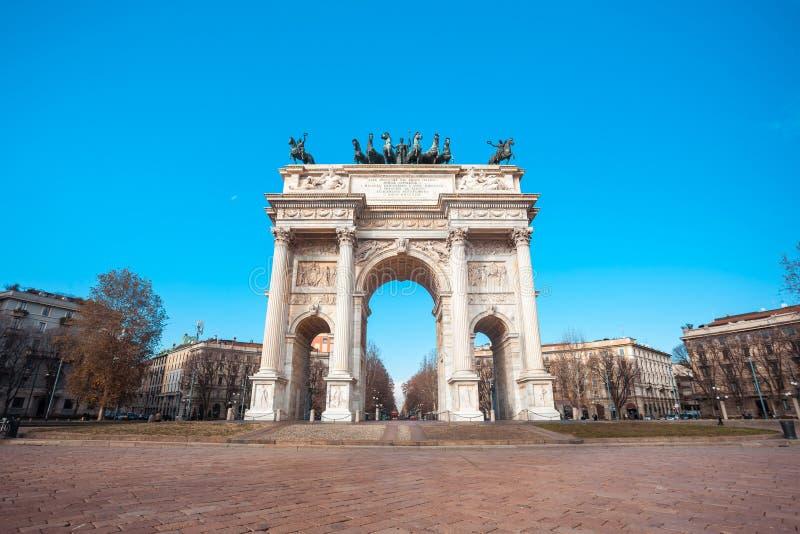 Historisk hastighet för marmorbågeArco della, Sempione fyrkant, Milan, royaltyfri foto