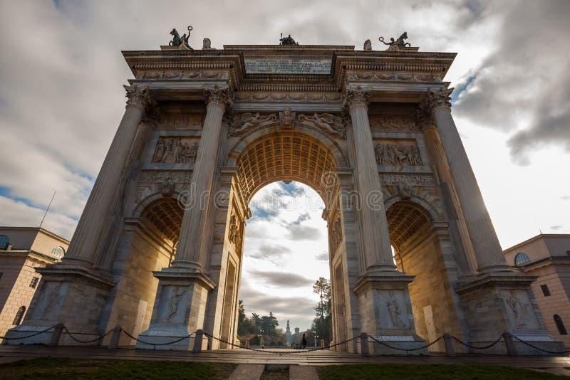 Historisk hastighet för marmorbågeArco della, Sempione fyrkant, Milan, fotografering för bildbyråer
