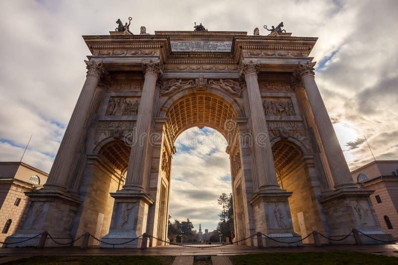 Historisk hastighet för marmorbågeArco della, Sempione fyrkant, Milan, royaltyfri fotografi