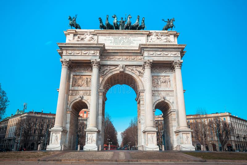 Historisk hastighet för marmorbågeArco della, Sempione fyrkant, Milan, royaltyfria foton