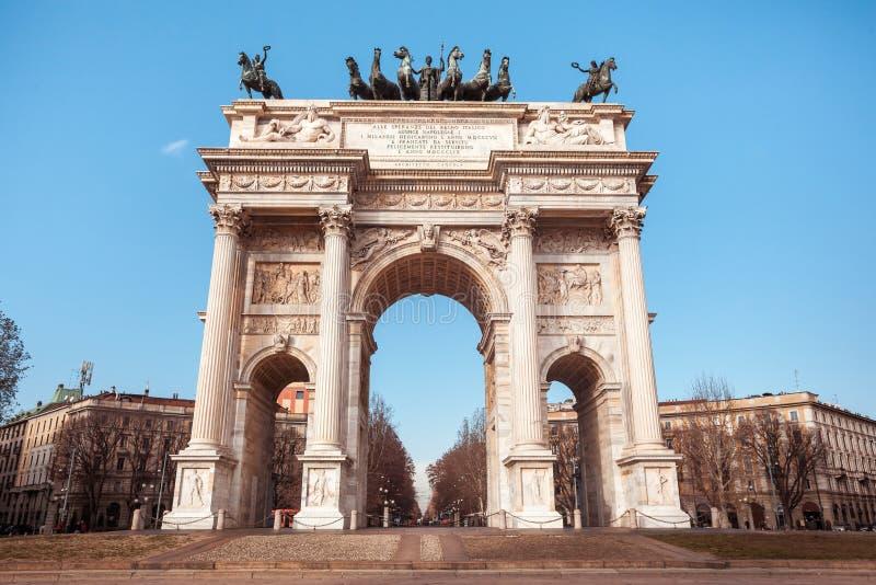 Historisk hastighet för marmorbågeArco della, Sempione fyrkant, Milan, royaltyfria bilder