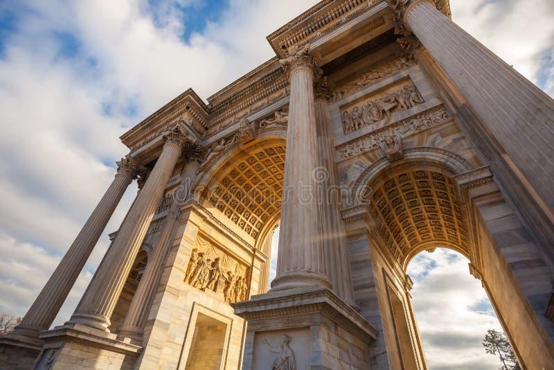 Historisk hastighet för marmorbågeArco della, Sempione fyrkant, Milan, royaltyfri bild