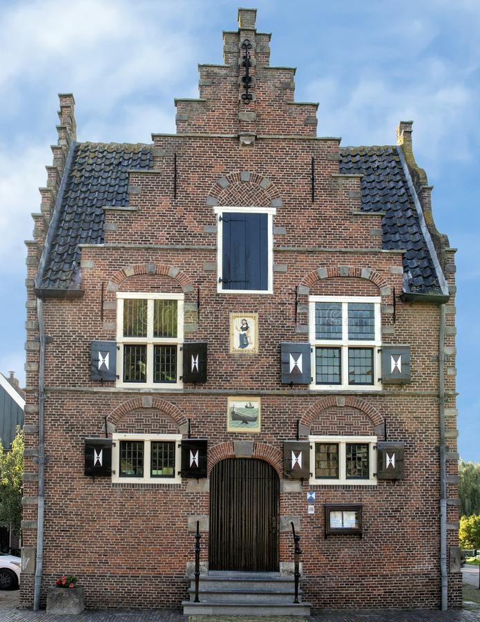Historisk holländsk byggnad med damen Justice Gablestone, 1639, Nederländerna royaltyfri foto