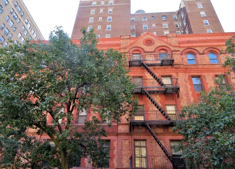 Historisk hyreshus i staden av New York royaltyfri bild