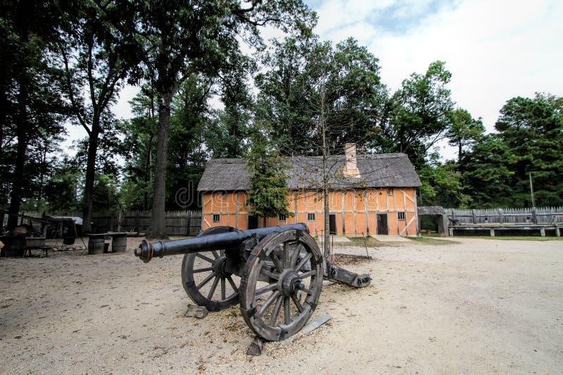 Historisk Jamestown bosättningbyggnad och kanon royaltyfri fotografi