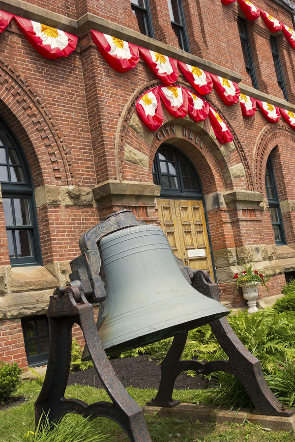 Historisk klocka framme av det Charlottetown stadshuset i Kanada royaltyfri bild