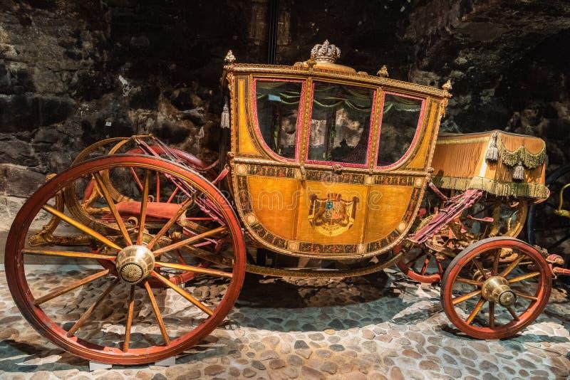 Historisk kronprinsvagn som daterar från det 18th århundradet på skärm på den kungliga armouryen i Stockholm arkivfoton