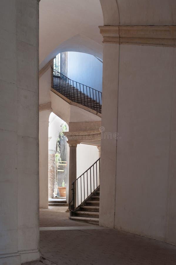 Historisk kurva i byggnad och trappa i dagen Rome Italien 2013 royaltyfri foto