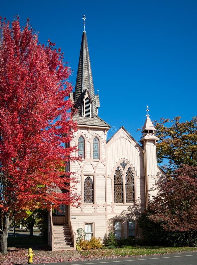 Historisk kyrka, höstfärger royaltyfri fotografi