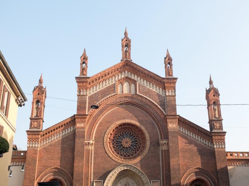 Historisk kyrka med dekorativa Rose Window royaltyfria bilder