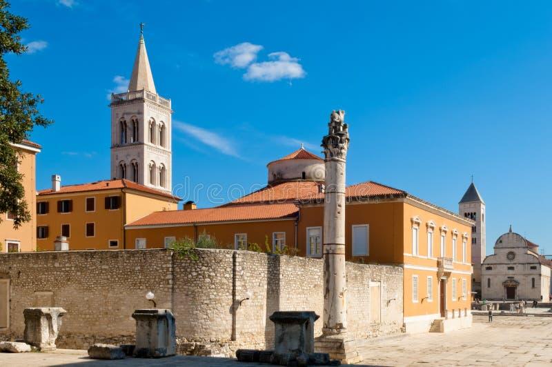 Historisk kyrka och forntida gränsmärken av Zadar, Kroatien arkivbilder