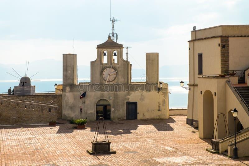 Historisk kyrka Sant 't Erasmo i fästningen Sant 'Elmo i Naples Italien royaltyfri bild