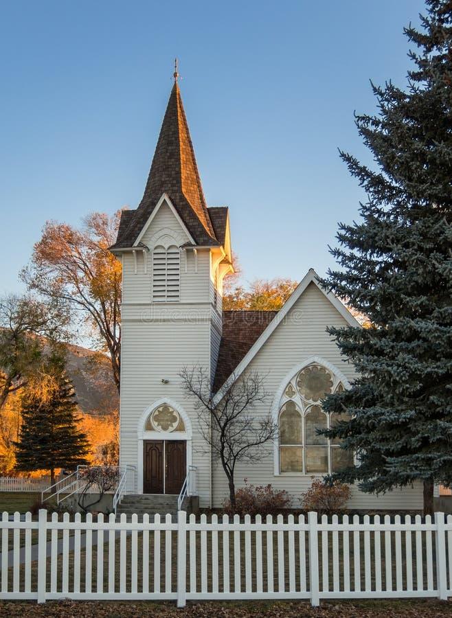 Historisk kyrklig kommande solnedgång royaltyfria foton