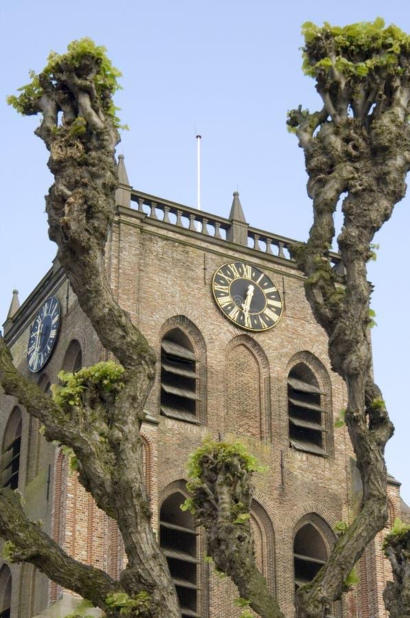 Historisk kyrklig kyrktorn med pilar, Nederländerna arkivfoton