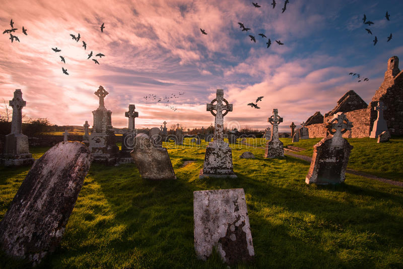 Historisk kyrkogård i Clonmacnoise, Irland arkivfoton