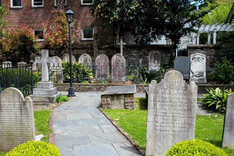 Historisk kyrkogård på Sts Michael kyrka, charleston, SC arkivbilder