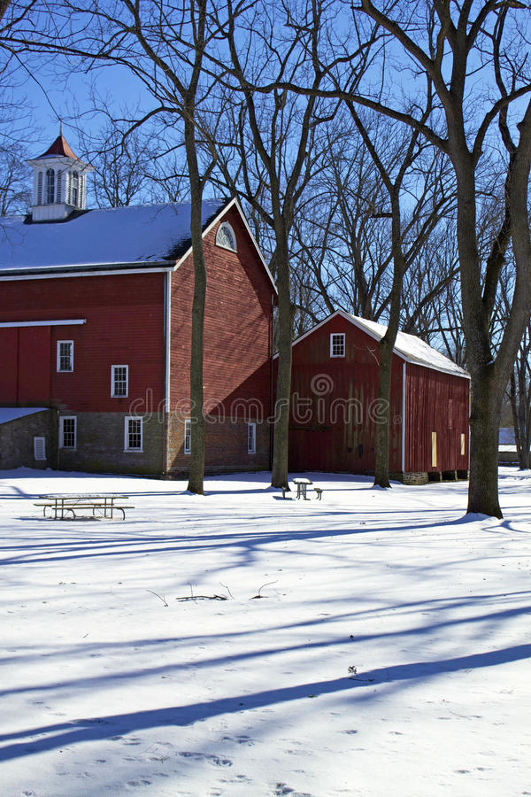 Historisk ladugård i vinter royaltyfri bild