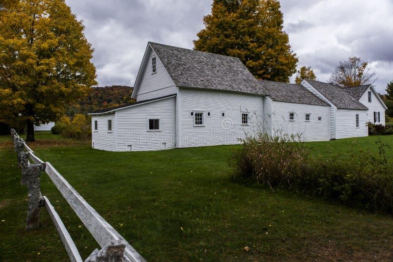 Historisk lantgårdladugård - höst/nedgång färgar - Vermont arkivbild