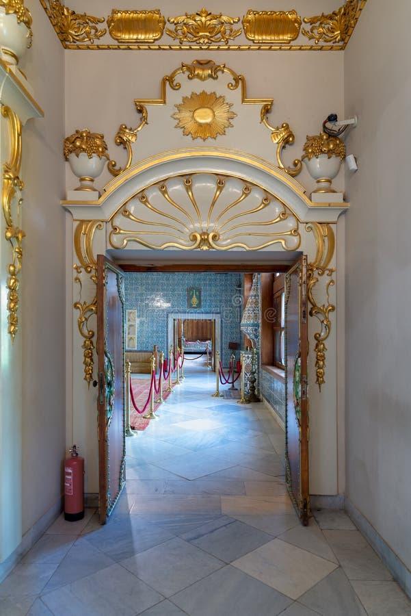 Historisk Manial slott av prinsen Mohammed Ali Ingång av det andra golvet av uppehållet av modern för prins` s, Kairo, Egypten royaltyfri foto