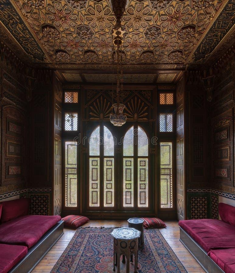 Historisk Manial slott av prinsen Mohammed Ali Litet rum på mottagandekorridoren med den utsmyckade träväggen och taket, Kairo, E royaltyfria bilder