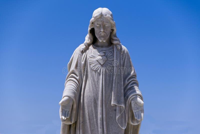Historisk manlig staty med blå himmel royaltyfri bild