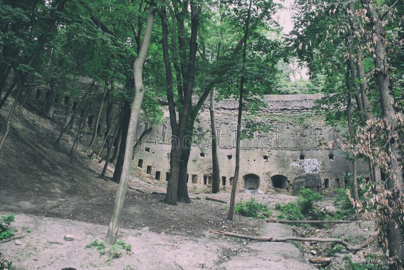 Historisk medeltida defensiv struktur, stadsfästningvägg, tegelstenslott med höga defensiva väggar och formidabelt royaltyfria bilder