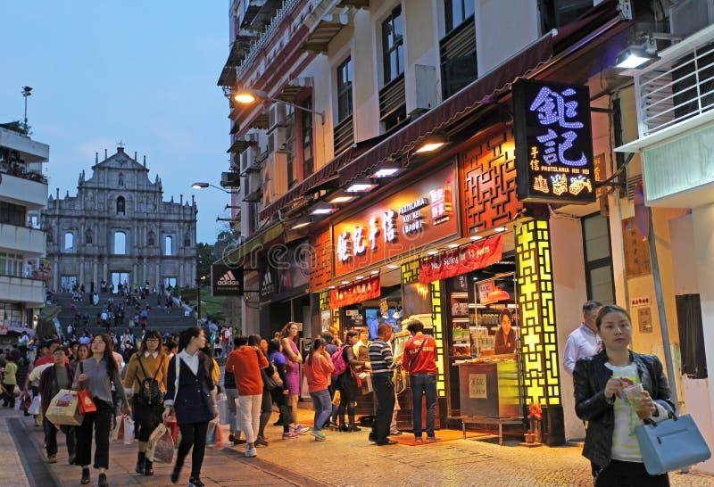 Historisk mitt av Macao med den helgonPaul Cathedral fasaden vid natt arkivbilder