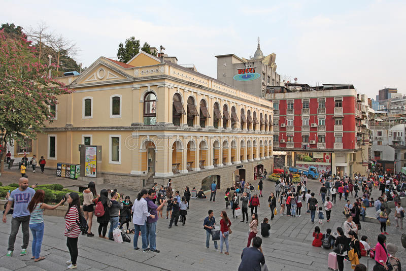 Historisk mitt av Macao med sikt till den storslagna Lissabon kasinot fotografering för bildbyråer